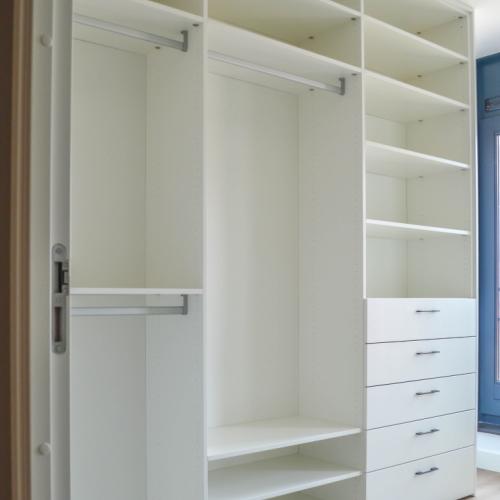 Inloopkast in compacte kamer