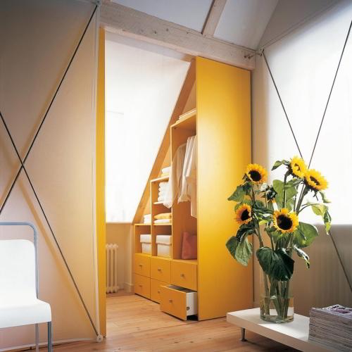 Kast onder schuin dak geel