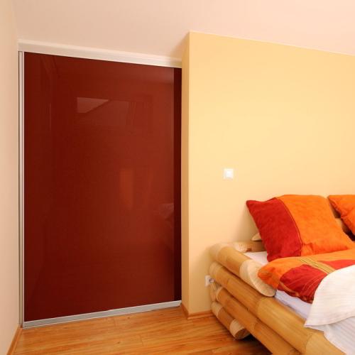 Rode schuifdeurkast slaapkamer