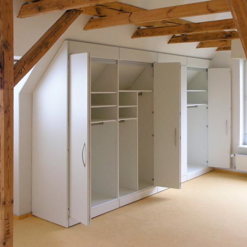 Room divider met deur onder schuin dak
