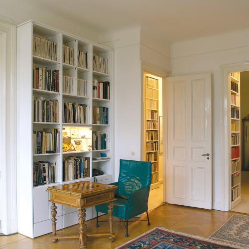 Boekenkast en vitrinekast