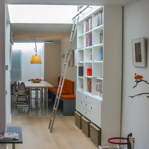 Hoge boekenkast in woonkamer
