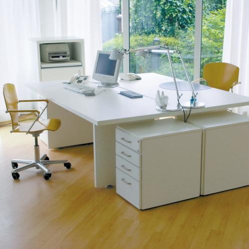 Witte bureaus met ladeblok