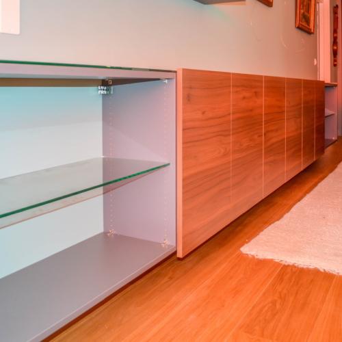 Houtkleurig dressoir met glazen plank
