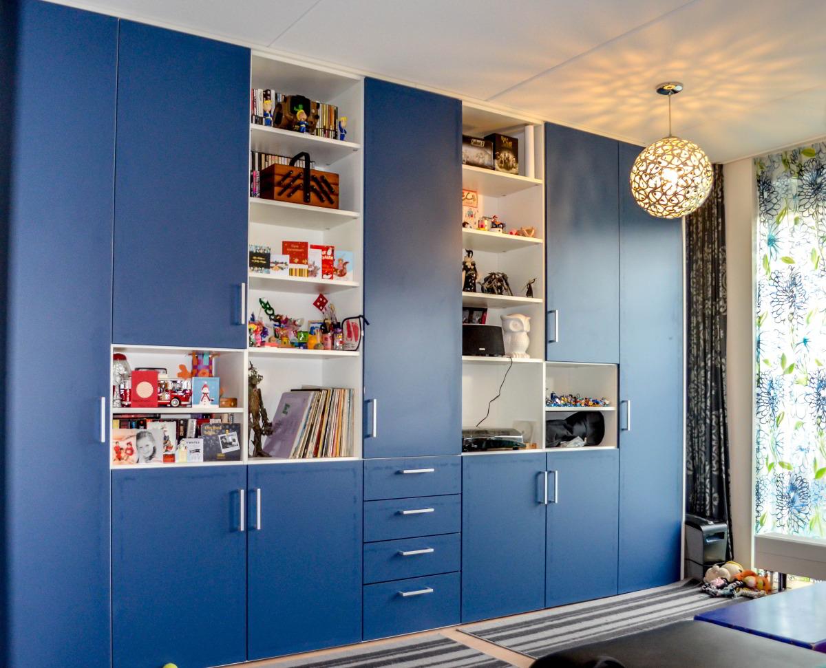 Blauwe kast in woonkamer