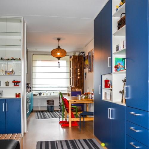 Blauwe kasten in woonkamer
