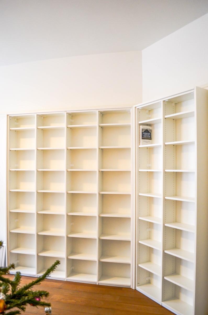 Boekenkast tussen vloer en sierlijst